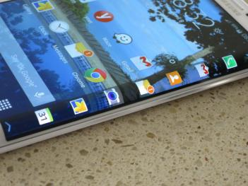 Samsung Galaxy Note Edge closeup photo (OLED-Info)