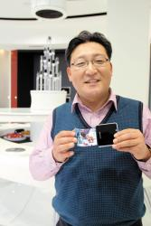 Samsung's Kim Seong-Cheol shows a flexible OLED